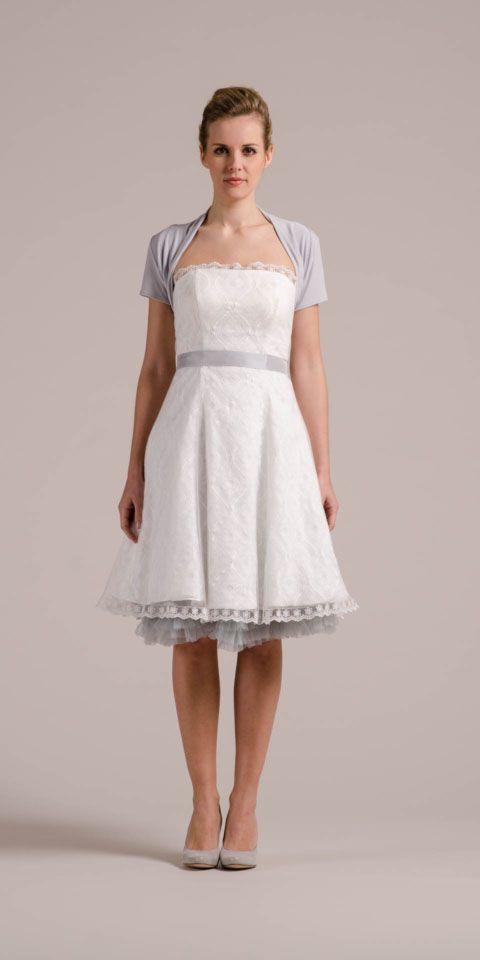Das 50er Jahre Brautkleid Kelly bietet dir viele Style-Möglichkeiten! Bspw, den Jerseybolero J-1013 in Light Grey mit dem passenden Petticoat!