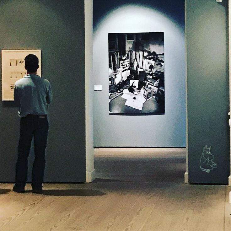 """Tove Jansson udstilling på Kunstforeningen Gl Stand. Fine #moomin tegninger forsider og farvelaget originaler til bøger. Plakater til """"Hold Sverige ren"""" for UNICEF og for Amnesty. Magasinforsider fra 1930'erne og 40'erne der spidder både Hitler og Stalin. Samt fine malede selvportrætter. #kunstforeningenglstrand #delditkbh #lovecph #finland"""
