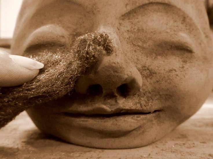 Poterie / Céramique : Techniques de façonnage à la main : Réaliser des cache-pots en forme de tête avec la technique du pot pincé / pincement. Etape 11 : Poncer délicatement la surface du visage après le séchage