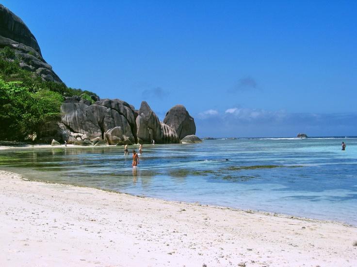 Para acceder a la Playa Anse Source hay que pasar por el parque del Union Estate, o bien aprovechar la marea baja para pasar sin pagar. La Digue, Seychelles.  Alquilar un coche en el aeropuerto de Mahé: http://www.reservasdecoches.com/es/alquiler-de-coches/Mahe-Island_Seychelles-Airport.html