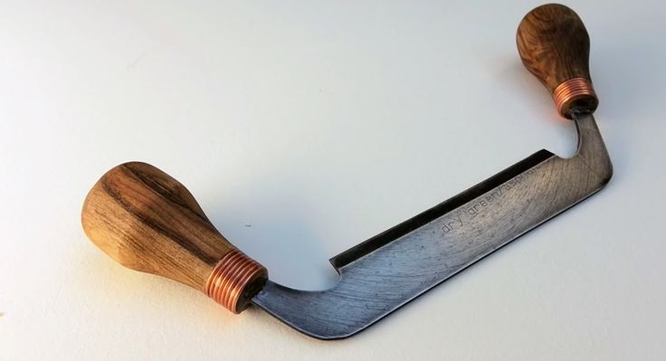 Youtuber John Heisz fashions a gorgeous draw knife from an old diamond saw blade.