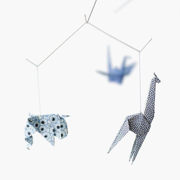Chut... Bébé dort... Et au-dessus de son lit dansent cinq adorables animaux: la girafe, l'éléphant, le poussin, le lapin et la grue. Délicat et poétique, ce mobile léger comme une plume est...