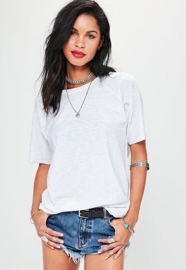 mettez à jour vos basiques avec ce t-shirt blanc! on adore son style oversize et sa matière mouchetée super tendance. associez-le avec un jean skinny et des talons pour être la reine du style!