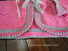 MATERIALES   - Algodón egipcio en color rosa y gris   - Agujas nº 2 y 1/2   - Cinta de raso en color gris   - Aguja lanera,dedal y tij...