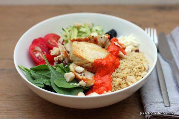 Buddha Bowl Rezept für eine Power Bowl mit Hähnchen, Babyspinat, geraspelter Zucchini und Couscous mit einer Röstpaprika-Sauce. Gesund und sättigend!