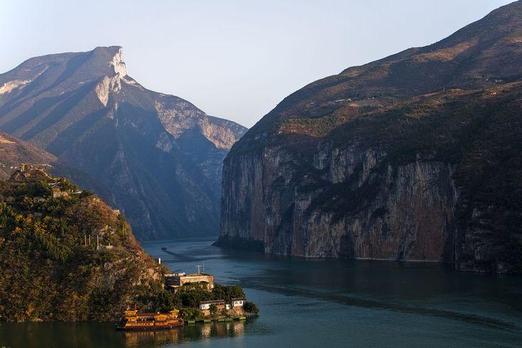El río Yangtsé es uno de los ríos más importantes del mundo, por longitud, el tercero del mundo —tras el Amazonas y el Nilo—, el más largo de Asia y el más largo de China.