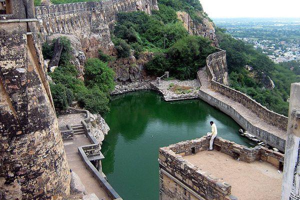 インド チットガー砦の貯水池にある水汲み場には、大きな鏡を設置して、水汲みに来たお姫様が水面に映る姿を王様が眺めていたとか。
