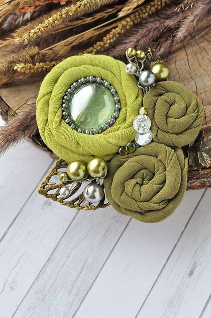 Купить или заказать Брошь 'Молодая листва' в интернет-магазине на Ярмарке Мастеров. Брошь цвета молодой листвы. Материалы: ткань, бисер, фурнитура цвета бронзы и серебра, чешские стеклянные бусины, кристаллы Сваровски. размер броши 7,5 на 8 см Автор броши моя сестра Светлана. ------------------------------------------------------------------------- Подписывайтесь на новинки, кнопка 'Добавить в круг'.