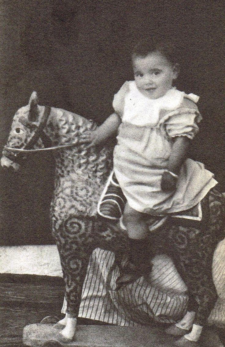 Federico García Lorca. Como curiosidad de esta foto hecha en 1899 el día del primer cumpleaños de Lorca, decir que tal y como relataría su hermano, el poeta sentiría de mayor un miedo incontrolable a montar a caballo.