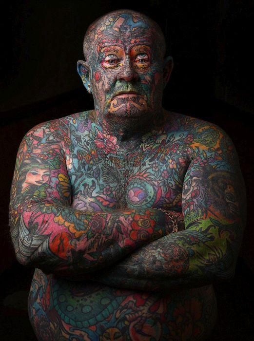 #интересное  Австралиец покрыл татуировками все свое тело (14 фото)   Бывший австралийский гангстер Джон Кенни (John Kenney) из Мельбурна покрыл татуировками все свое тело, включая веки и даже язык. В молодости он был сутенером и наркоторговцем, в результате чего сам п�