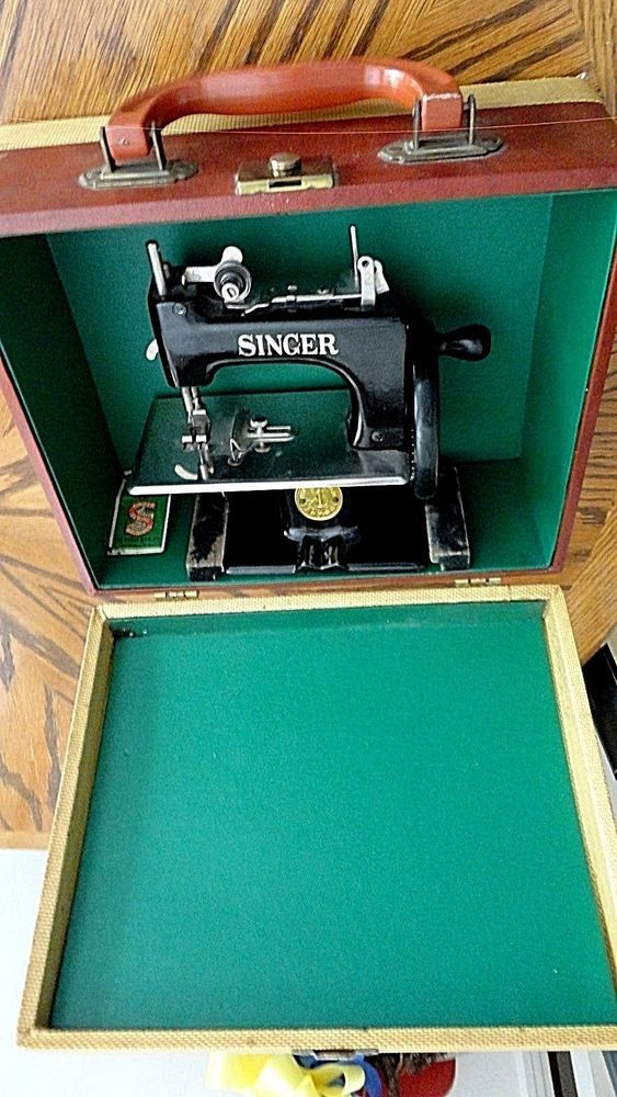 CHILDS SINGER SEWING MACHINE IN THE CARRYING CASE ~ EXCEPTIONAL CONDITION…