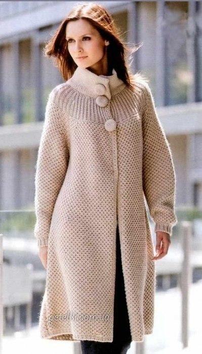 Классическое пальто бежевого цвета спицами