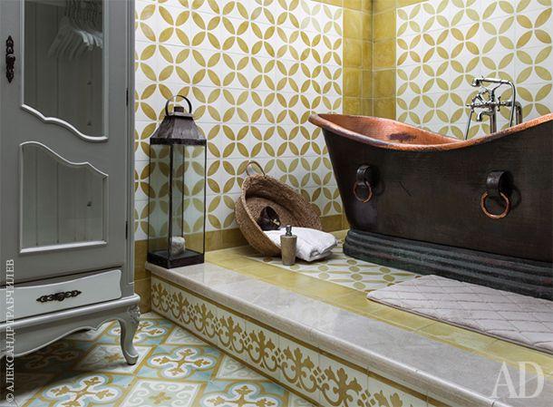 Медная ванна для релаксации и ароматических процедур изготовлена на острове Ява на заказ. Гардеробный шкаф из французской интерьерной лавки. Цементная плитка заказана у новозеландского дизайнера, проживающего на Бали. Смеситель японской компании Toto.