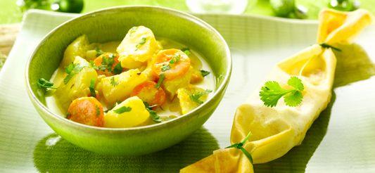 Fruit de gesnipperde ui in een stoofpot met de olie. Dek af en laat op een zacht vuur stoven. Schil ondertussen de groenten en snij ze in schijfjes of stukken, afhankelijk van de soort.      Bestrooi de uisnippers met het kerriepoeder en de karwijzaadjes, meng 1 min., voeg dan de groenten toe. Giet er water bij tot de groenten net bedekt zijn, voeg dan het verbrokkelde bouillonblokje toe. Breng aan de kook en laat zacht sudderen, met het deksel op de pot, gedurende 20 min.      Verwarm o...
