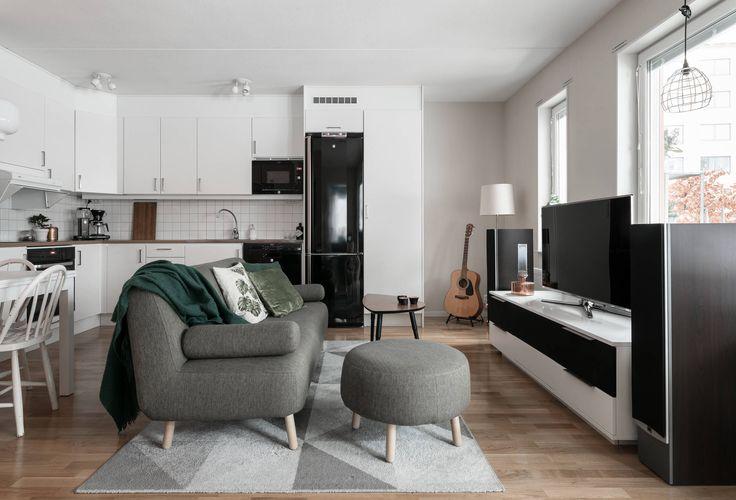 Varmt välkomna till Blåsut och Hållövägen 16! Här bor ni i ett inflyttningsklart boende med en stor egen uteplats. Huset är byggt 2011 och lägenheten håller en hög kvalité. Lägenheten har genomgående parkettgolv och ljusa ytskikt. Kök och vardagsrum ligger i öppen och social planlösning. Här finns plats för soffa, matbord, mediamöbel samt arbetshörna för den som önskar det. Köket är utrustat med spishäll, ugn, diskmaskin samt kyl/frys. Här finns även gott om förvaring i över- och unders...