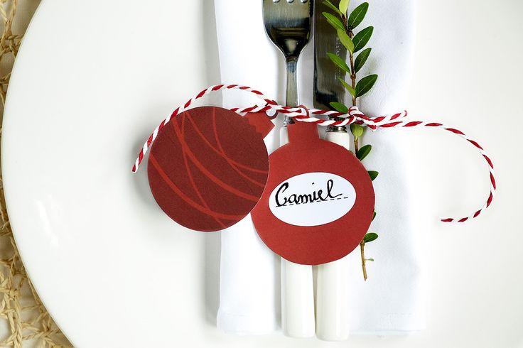 Kerstballen naamkaartjes -tafel dekken Kerstmis- Volgende maand is het december, dat betekend dat het bijna Kerstmis is. Een van de mooiste feesten van het jaar. Het kerstdiner komt er weer aan. Dat vind ik zo gezellig met zijn allen aan tafel, lekker eten en drinken en veel kletsen natuurlijk. Maar om het kerstdiner bijzonder te maken wil ik  naamkaartjes zelf maken dat maakt het altijd heel persoonlijk voor de speciale gasten. Deze naamkaarten in vorm van kerstballen zijn schattig en…