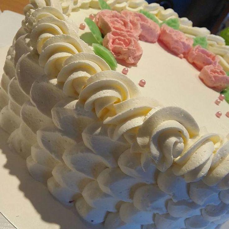 Pikainen #kermakakku #creamcake tuttavan matkaan. Näitä läks kaksi kappaletta. #kermaruusu#creamroses  pääsi tällä kertaa koristeeksi. .. #leivojakoristele #ihanitsetehty #baking #homemade #instacake #ruusut #roses #finnish