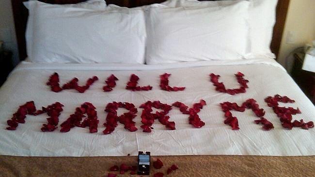 Escribirlo en la cama con pétalos de rosa.