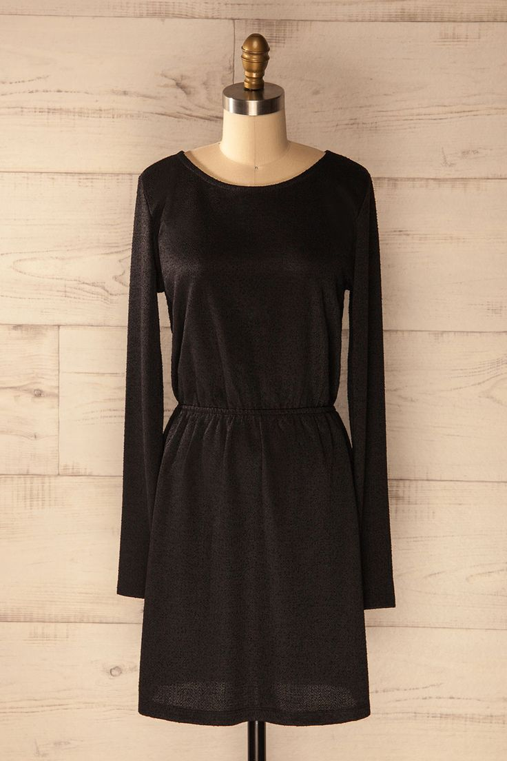 Elle se mit une paire de bas collants avec des bottillons pour accompagner sa jolie robe d'automne! She put on a pair of tights and boots to go with her pretty fall dress! Black long sleeved dress https://1861.ca/products/lasta-ebony