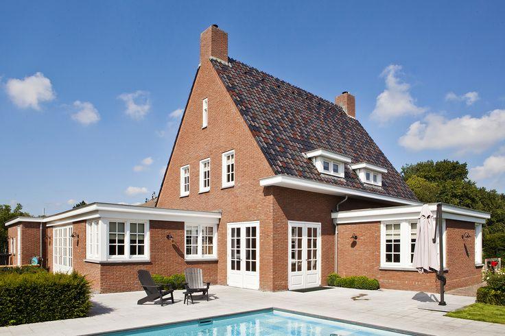 klassieke jaren dertig geïnspireerde woning   royale villa in jaren dertig stijl met ruime goten, karakteristieke detaillering en gemêleerde dakpannen
