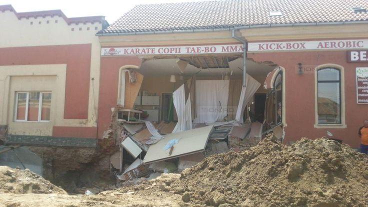 Zidul unei case din Timisoara, prabusit din neatentia unor muncitori