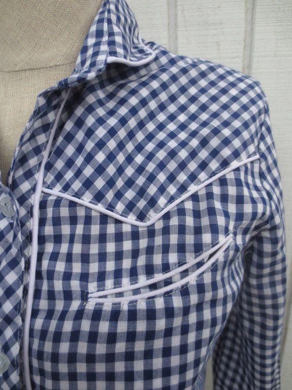 Vintage años 70 mujer occidental camisa de cuadros camisa moña azul blusa Rockabilly pequeña parte superior Tamaño - marcada un 9, queda como un pequeño o mediano. Pecho y la cintura - 36 pulgadas. Longitud - 24 pulgadas Material - poliester del 45%, 55% algodón Condición - gran. Leves signos de desgaste pero sin rasgaduras o manchas. Vintage camisa occidental de los años 70. Blusa moña azul perfecto con tubería occidental y el detalle. Botones en la parte delantera y lavable a máquin...