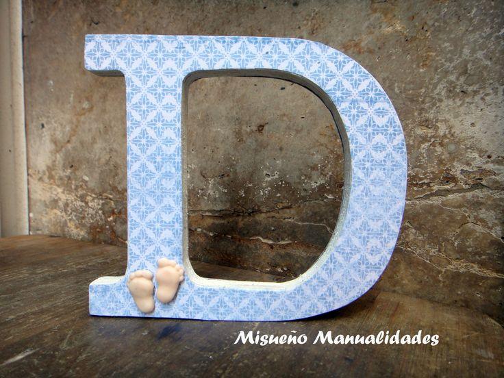 Letra D grande de madera decorada con papel y piececitos de bebé hechos de Fimo. www.misuenyo.com / www.misuenyo.es