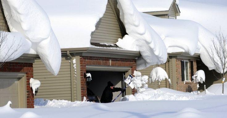 Homem tenta retirar neve que fechou a entrada de sua garagem em Lancaster, em Nova York, USA. Tempestades acumularam 1,50 metro de altura de neve em todo o oeste do estado de Nova York.  Fotografia: Gary Wiepert/AP.