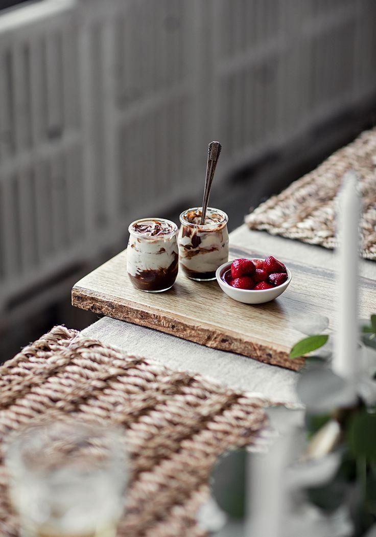 Mousse marbrée au fromage à la crème, au chocolat blanc & aux biscuits au gingembre