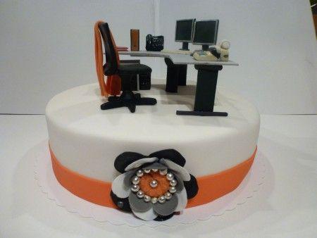 Eine Büro-Torte mit Schreibtisch, Computer, Rollcontainer und allem was eine Büroarbeitsplatz braucht - als Abschiedsgeschenk in die Rente.