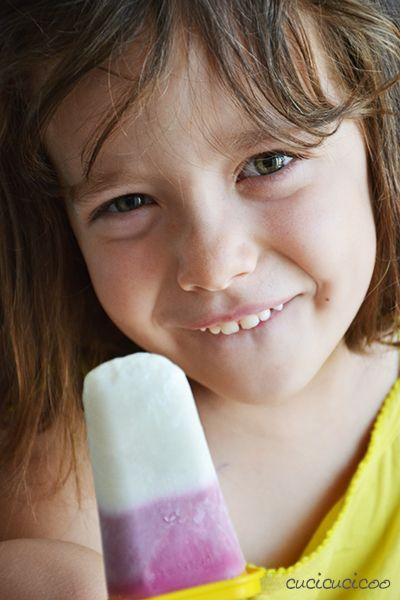 """Come fare ghiaccioli a strisce di yogurt o di succo di frutta, oppure ghiaccioli a frutta fresca! Guarda il resto della rubrica """"Come battere il caldo estivo in casa"""" su www.cucicucicoo.com"""