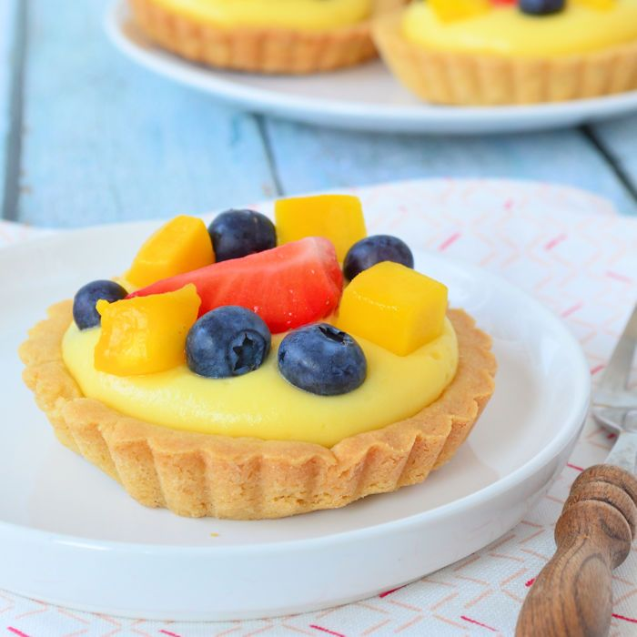 Deze fruit tartelettes met banketbakkersroom zijn kinderlijk eenvoudig om te maken, hier zul jij je gasten versteld mee doen staan!