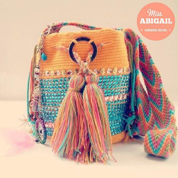 Mochila Wayuu adornada por AbigailShop en Etsy, $75.00