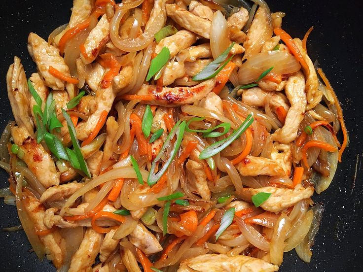 Készítsd el otthon a kínai büfék, talán egyik legkedveltebb ételét a hagymás csirkét!