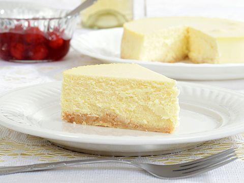 <h2>Пирог-творожник</h2> <p>Понадобится: маргарин— 100г; яйца— 6шт; сахарный песок— 300г; лимон— 2шт; творог (снизким процентом жирности)— 1кг; манная крупа— 100г; сода— 0,5 ч.л; мука— 30г; соль. Смешивают маргарин, желтки, сахар, сок лимона сцедрой. Вводят творог, манную крупу, муку, соду. Разъемную форму смазывают маслом иприсыпают мукой, выкладывают тесто. Выпекают вдуховке 50-60 минут при 120-130градусах. </p>