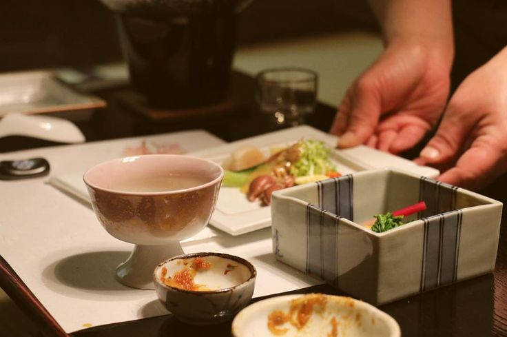 An unforgettable evening at Fukuzumiro Ryokan in Hakone. We enjoyed a traditional 9-courses Japanese cuisine called Kaiseki. I think I wouldn't have tried half of what we tasted if I had the choice so that was a great experience. Furthermore the sake was exceptional  #sake #kaiseki #kaisekidinner #sashimi #unagi #eels #squid #tofu #tempura #fermentedbeans #japanesecuisine #ryokan #fukuzumiro #fukuzumiroryokan #yummy #hakone #japan #onsen #futon #japan2016 by lachapardeuse