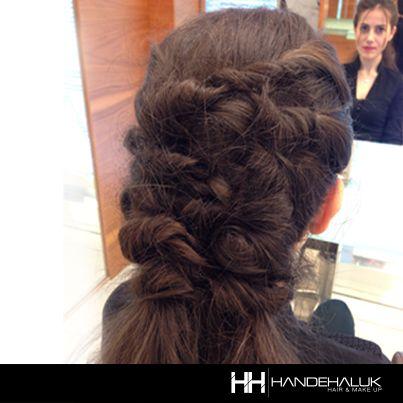 Bu sezon saçlarımız doğallıktan yana, hatırlatırız :) #HandeHaluk #ZorluCenter #Ulus #Aveda