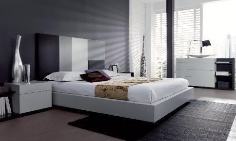 Dormitorio con cabecero en tonalidades grises y blancos, y mesillas en blanco