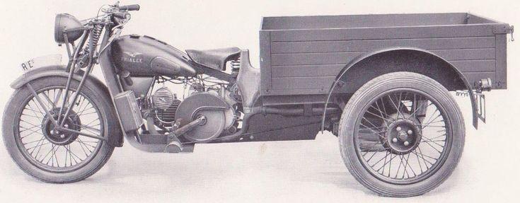 L'Moto Guzzi Alce nasce nel 1939 per sostituire la Moto Guzzi GT 20, a sua volta derivata nel 1938 dalla Moto Guzzi GT 17. Acquisita anche dalla Milizia della Strada e dalla Polizia dell'Africa Italiana, fu estesamente impiegata dal Regio Esercito durante la seconda guerra mondiale su tutti i fronti in tre versioni Monoposto, Biposto ed Attrezzata (ovvero la versione motocarrozzetta)..