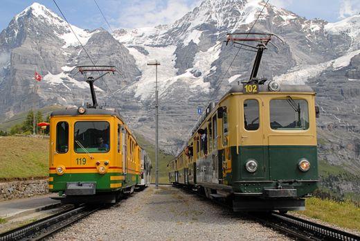 Incrocio tra due treni della Wengernalpbahn (WAB), scartamento 800 mm e cremagliera Riggenbach, a Wengernalp il 12 agosto 2011 - (Foto: Riccardo Genova)