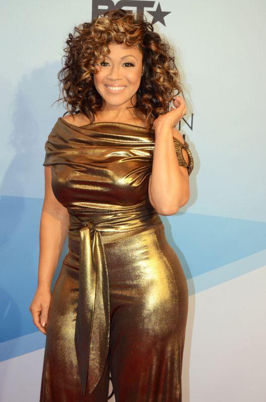 Erica Campbell- ronde et rayonnante