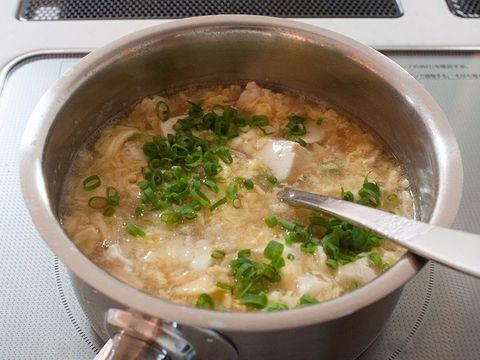 生姜を加えた体が温まるスープ。とろみをつけた卵スープに豆腐を加えた優しい味です。