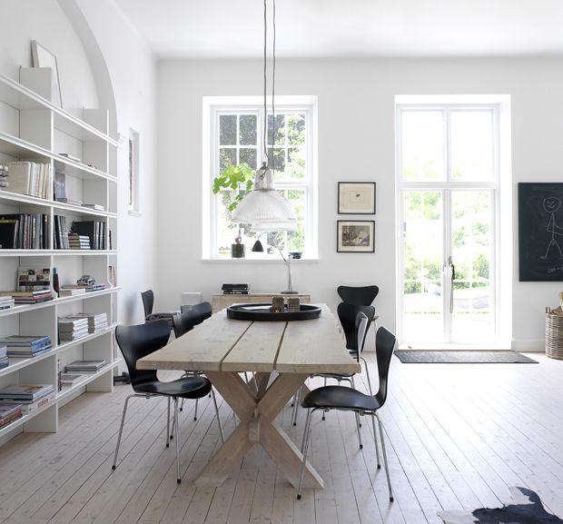 Salle à manger en blanc/noir et bois brut. http://www.m-habitat.fr/par-pieces/salon-et-salle-a-manger/idees-deco-pour-votre-salle-a-manger-2637_A