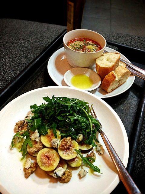 イチジク、ゴルゴンゾーラ、クルミとルッコラのサラダ , トマトとパンのスープ - 135件のもぐもぐ - Salad of fig,gorgonzola,walnut and arugula.  Tomato and bread soup by rick chan