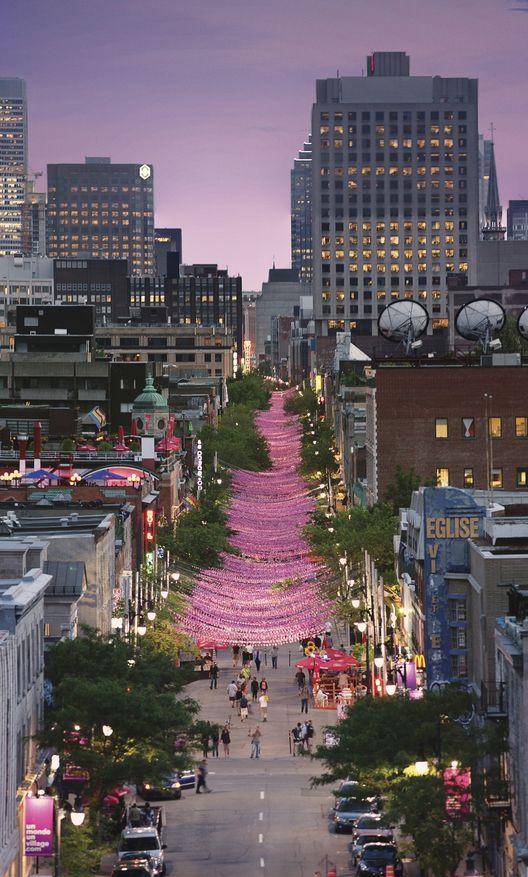 Les Boules Roses sont une installation de 200 000 balles en résine de trois tailles et de cinq nuances de rose différentes | Claude Cormier |Rue Sainte-Catherine, Montréal