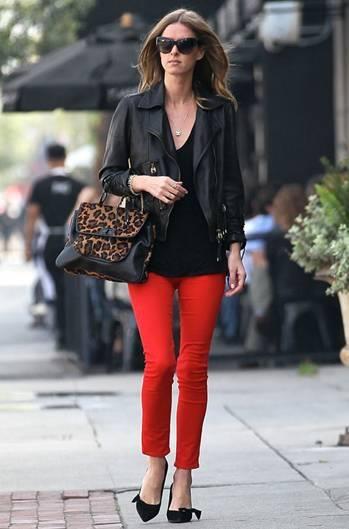 calça cropped em tom de vermelho e uma jaqueta de couro preta deixa o look bastante estiloso!