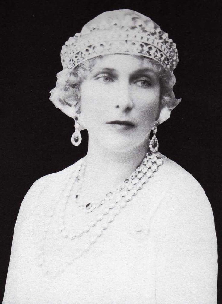 La reina Victoria Eugenia, poseyó una de las mejores colecciones de joyas de su época, el rey Alfonso XIII encargaba una pieza por cada infidelidad, por lo que joyero de la Reina se convirtió en un auténtico tesoro.