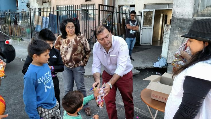 Leodan Zapata en Fiesta Navideña con los niños y niñas del sector pedro del Rio Zañartu