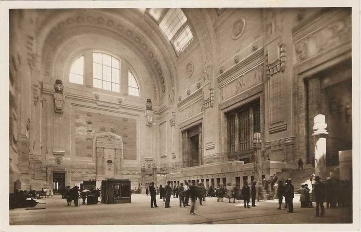 Atrio della Stazione Centrale di Milano, anni '30;   Milan, Central Railway Station Main Hall in the '30s