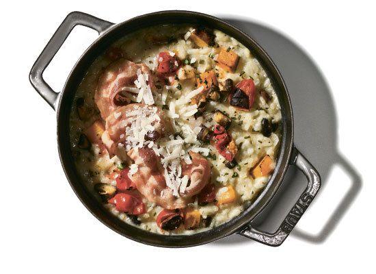 Такие простецкие блюда, как ризотто, дают тебе простор для импровизаций. Весной добавь к указанным здесь ингредиентам свежую зелень, летом — баклажаны и спаржу, осенью можно напихать в кастрюлю вообще с десяток разных овощей. Бульон, конечно, лучше